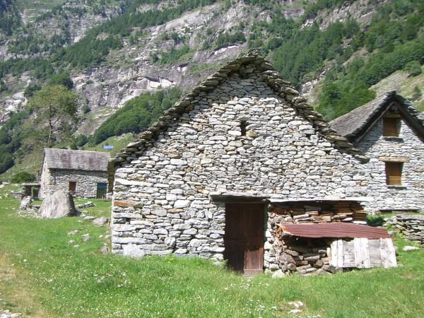 Steinhäuser auf dem Weg nach Sonogno