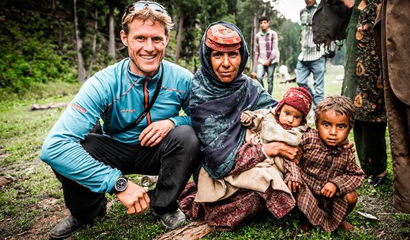 Stephan Siegrist im Kontakt mit der lokalen Bevölkerung im Kashmir