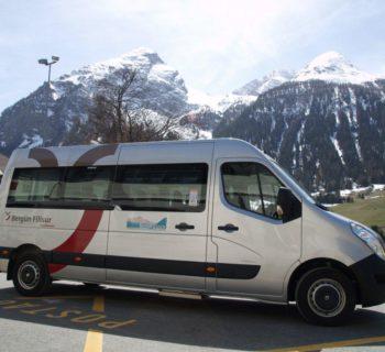 Der Val Tuors Kesch-Bus wartet vor dem Bahnhof Bergün auf Wandernde