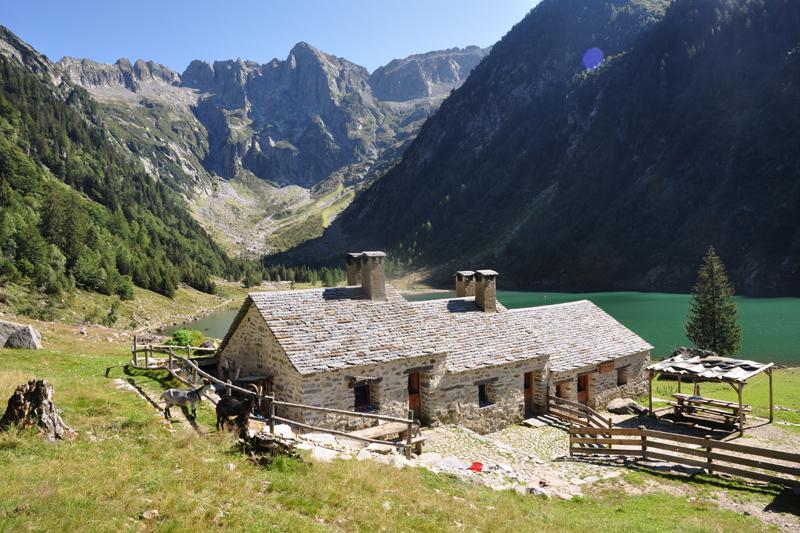 Das Val Cama mit sanft rennoviertem Rifiugio im Vordergrund